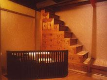 収納と実益を兼ねた年代物の箪笥階段。ここを上がって上のフロアに移動します。